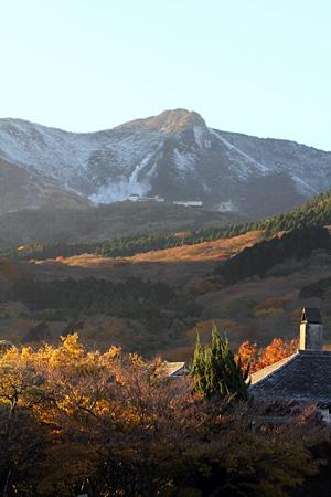 紅葉の最中 大涌谷に初冠雪