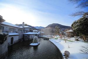 箱根ガラスの森美術館庭園の雪景色