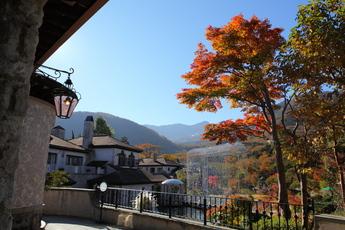 箱根ガラスの森庭園と小塚山・台ヶ岳方面の紅葉が見頃に