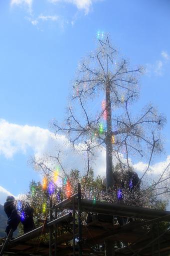 クリスタル・ガラスのクリスマスツリー 設置中