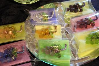 ミュージアム・ショップ 秋のおすすめ商品「ぶどうのブローチ」