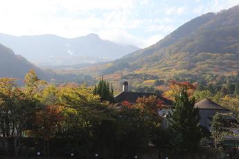 山々の紅葉が見頃に
