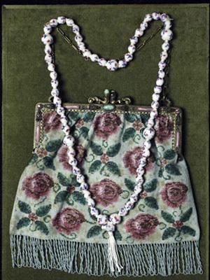 「コンテリエ・ビーズのバッグとネックレス」