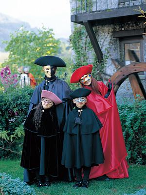 仮面・マントは無料にてご用意してお待ちしております。